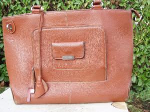 borsa marrone con particolari in metallo