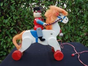 cavallino giocattolo in legno bianco