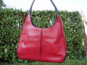 borsa rossa con manici neri
