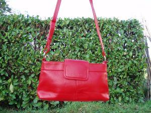 borsa rossa con tracolla