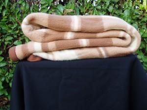 coperta marrone e bianca