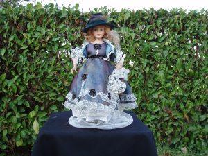 bambola ceramica vestita in stile 1800