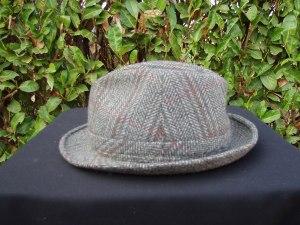 cappello uomo in feltro grigio e rosso