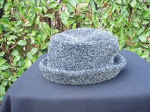 cappello da donna in feltro di lana grigio