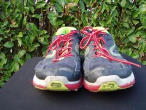 scarpe tennis uome nere a stringhe rosse