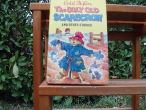 Libro in inglese The Ugly Old Scarecrow