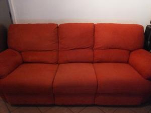 divano a tre posti in raso rosso