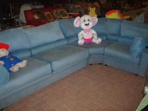 divano azzurro ad angolo