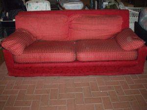 divano in stoffa rossa a tre posti