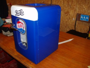 vista laterale mini frigo blu