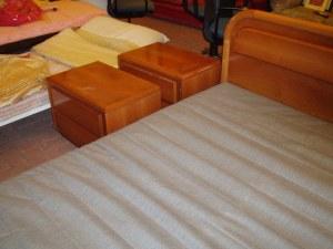 due comodini del letto