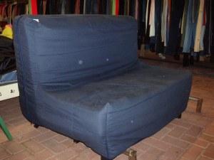 divano letto blu ingrandito