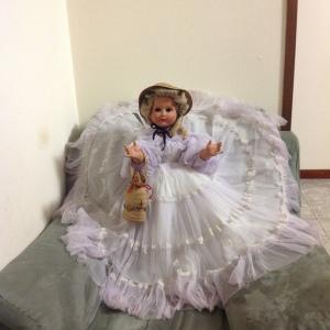 bambola anni 50 vista a distanza