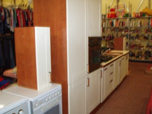 cucina lineare bianca e marrone con frigo e mobile forno