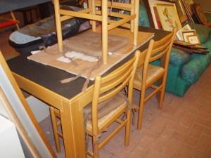 vista laterale tavolo nero
