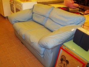 divano letto azzurro vista da destra