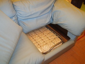 divano azzurro letto aperto