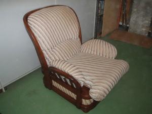 poltrona in legno massello rivestita a strisce