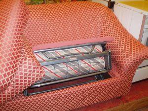 particolare del letto del divano rosso a scacchi bianchi