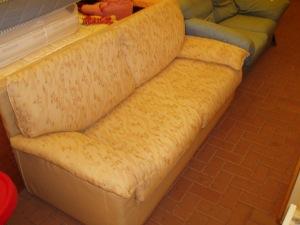 divano beige tre posti