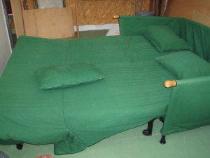 divano letto verde aperto