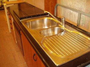 cucina lineare nera vista laterale destra