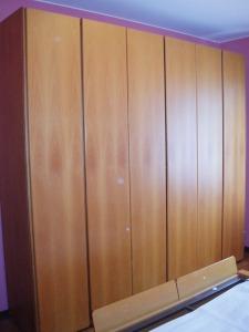camera in noce chiaro armadio