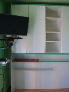 armadio a ponte bianco e verde lato sx