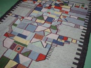 particolare del disegno del tappeto grigio e nero
