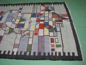 lato destro tappeto grigio e nero