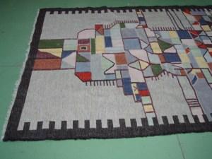 lato sinistro tappeto grigio e nero
