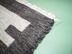particolare del bordo del tappeto grigio e nero