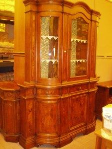 credenza in legno con vetrina
