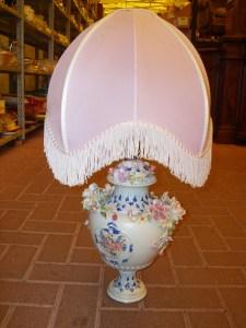 lampada capodimonte con bajour rosa
