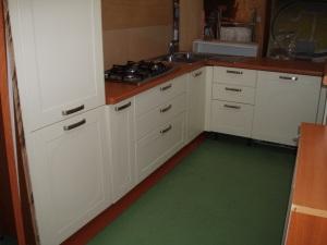 cucina angolare bianca e marrone