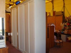 armadio bianco a sei ante vista laterale