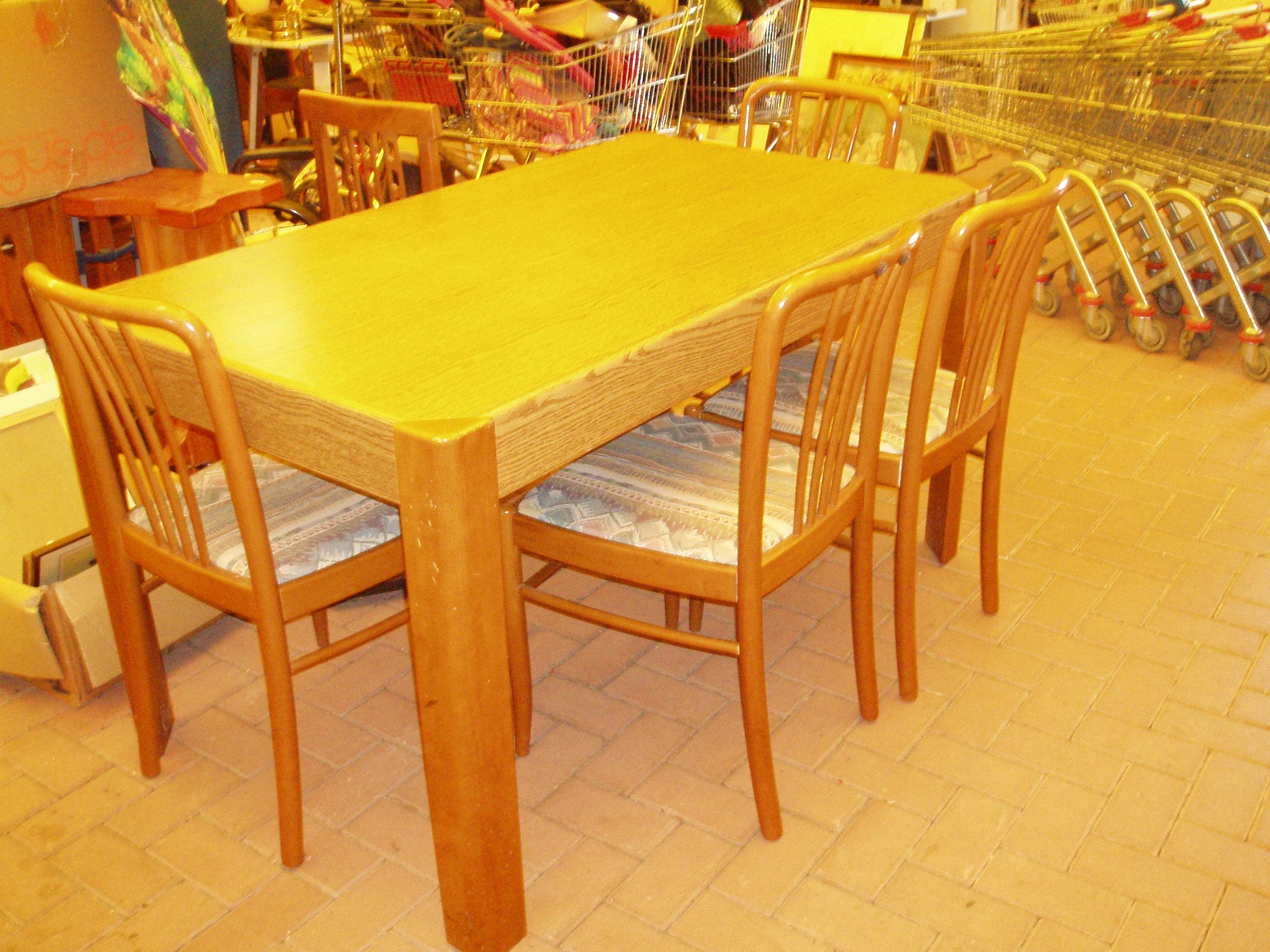 Tavolo noce chiaro con 4 sedie il tendone solidale - Tavolo con sedie ...