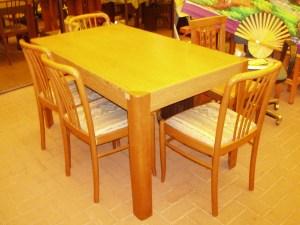tavolo con sedie chiaro