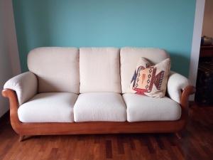 divano a tre posti bianco in legno massello