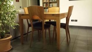 tavolo quadrato con quattro sedie