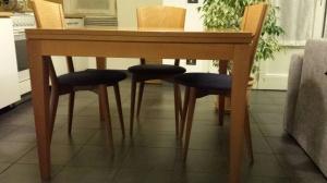 vista frontale tavolo con quattro sedie