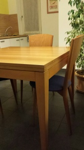 vista angolare tavolo con quattro sedie