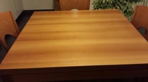 piano del tavolo con quattro sedie