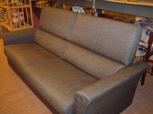 divano grigio fumo vista laterale