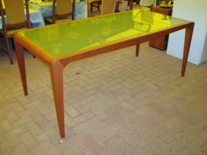 tavolo in vetro opaco e ciliegio