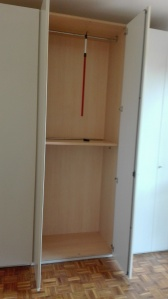 vista interno armadio bianco moderno