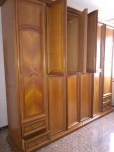 armadio classico in noce con ante decorate