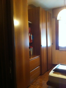armadio di cameretta ad ante scorrevoli e parte centrale aperta