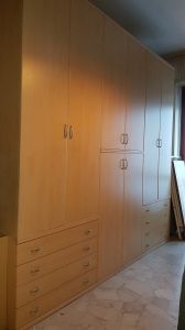 armadio chiaro sei ante con due cassettiere