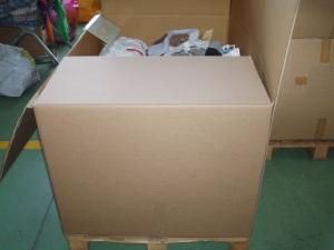 abbigliamento in scatoloni a stock